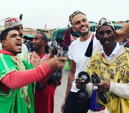 الشيخ ماجد الصباح رفقة فرقة موسيقية لفن كناوة في جامع الفنا بمراكش